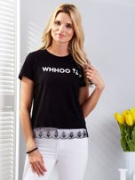 Czarny t-shirt z aplikacją i koronkowym wykończeniem                                  zdj.                                  1