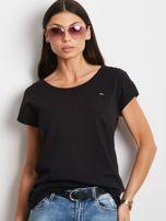 Czarny t-shirt z kieszonką i guzikami na ramionach                                  zdj.                                  1