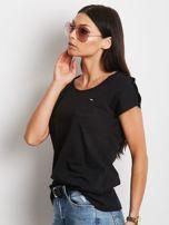Czarny t-shirt z kieszonką i guzikami na ramionach                                  zdj.                                  3