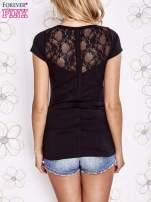 Czarny t-shirt z kieszonką i koronkowym tyłem                                  zdj.                                  4