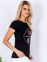 Czarny t-shirt z kolorowym napisem                                  zdj.                                  3