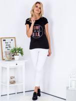 Czarny t-shirt z kolorowym napisem                                  zdj.                                  4