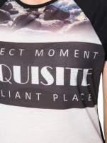 Czarny t-shirt z nadrukiem pejzażu i napisem EXQUISTE z dżetami                                  zdj.                                  6