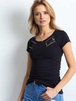 Czarny t-shirt z rozcięciami i aplikacją                                  zdj.                                  1