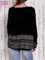 Czarny włochaty sweter oversize z kolorową nitką                                   zdj.                                  4