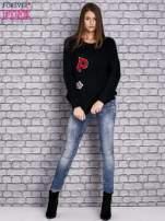 Czarny włochaty sweter z naszywkami                                  zdj.                                  2
