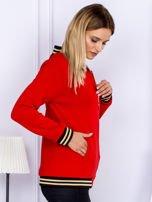 Czerwona bluza bomberka z naszywką litery                                  zdj.                                  3