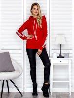 Czerwona bluza z szerokim kołnierzem i printową taśmą                                   zdj.                                  4