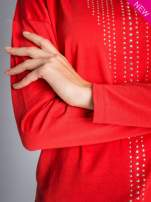 Czerwona bluzka z aplikacją z dżetów z przodu