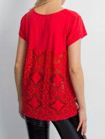 Czerwona bluzka z koronkową wstawką na plecach                                  zdj.                                  2