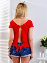 Czerwony t-shirt z wiązanym tyłem                                  zdj.                                  2