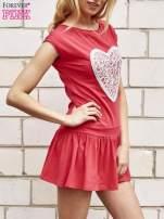 Czerwona dresowa sukienka tenisowa z aplikacją serca                                  zdj.                                  3