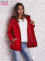 Czerwona kurtka zimowa ze skórzaną lamówką i futrzanym kapturem                                  zdj.                                  4