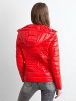 Czerwona lekka kurtka pikowana z kapturem                                  zdj.                                  2