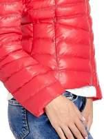 Czerwona lekka kurtka puchowa z kapturem