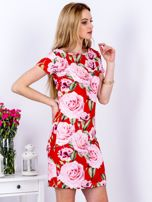Czerwona prosta sukienka w kolorowe róże                                  zdj.                                  3