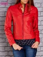 Czerwona skórzana kurtka o klasycznym kroju