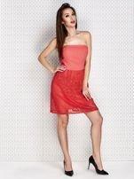 Czerwona sukienka koktajlowa z ażurowym dołem                                  zdj.                                  4