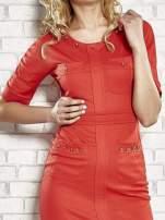Czerwona sukienka z aplikacją na kieszeniach                                                                          zdj.                                                                         4