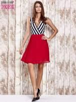Czerwona sukienka z kopertowym dekoltem w pasy                                                                          zdj.                                                                         2