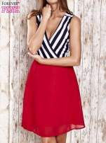 Czerwona sukienka z kopertowym dekoltem w pasy                                                                          zdj.                                                                         1