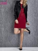 Czerwona sukienka ze złotymi guzikami                                  zdj.                                  3