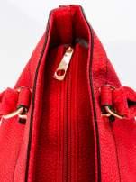 Czerwona torba na ramię ze złotymi okuciami