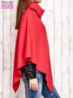 Czerwone poncho z biżuteryjną przypinką                                  zdj.                                  3