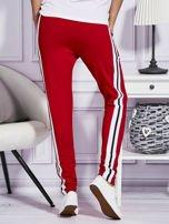 Czerwone spodnie dresowe z kolorowymi lampasami                                  zdj.                                  2