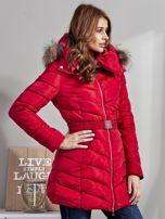 Czerwony pikowany płaszcz damski z futrzanym kołnierzem                                  zdj.                                  5