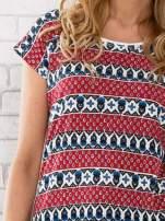 Czerwony t-shirt damski z etnicznym motywem