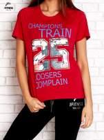 Czerwony t-shirt z kwiatowym numerem 25                                  zdj.                                  1