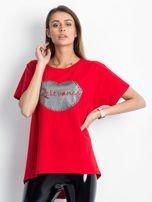 Czerwony t-shirt z motywem ust                                  zdj.                                  1