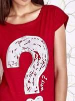 Czerwony t-shirt z nadrukiem znaku zapytania                                  zdj.                                  5