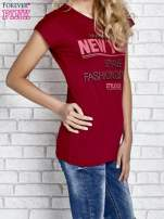 Czerwony t-shirt z napisem FASHION DISTRICT z dżetami                                                                          zdj.                                                                         3