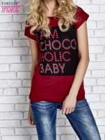 Czerwony t-shirt z napisem I AM CHOCOHOLIC BABY                                  zdj.                                  1