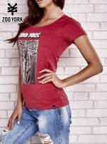 Czerwony t-shirt z nowojorskim motywem