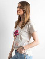 Damski beżowy t-shirt z aplikacją                                  zdj.                                  3