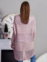 Długi ażurowany sweter pudroworóżowy                                  zdj.                                  2