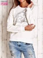 Biała bluza z tekstowym nadrukiem                                                                          zdj.                                                                         1