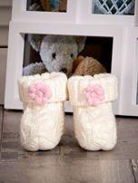 Ecru dziergane buciki dziewczęce z kwiatuszkami i perełkami                                  zdj.                                  1