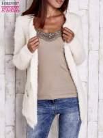 Ecru puszysty sweter z bocznymi kieszeniami                                  zdj.                                  1