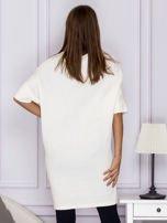 Ecru sukienka o wypukłej fakturze                                  zdj.                                  2