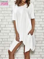 Ecru sukienka z wydłużanymi bokami                                                                          zdj.                                                                         1