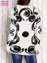 Brązowy sweter long hair z ornamentowym motywem