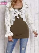 Ecru sweter o szerokim splocie z wiązaniem