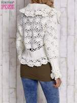 Ecru sweter o szerokim splocie z wiązaniem                                  zdj.                                  4