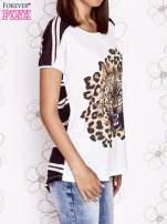 Ecru t-shirt z brązowym zwierzęcym nadrukiem i pasiastym tyłem