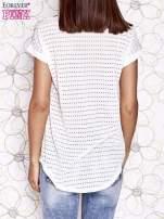Ecru t-shirt z egzotycznym nadrukiem i ażurowym tyłem                                  zdj.                                  2