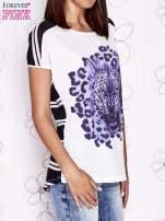 Ecru t-shirt z fioletowym zwierzęcym nadrukiem i pasiastym tyłem                                  zdj.                                  3
